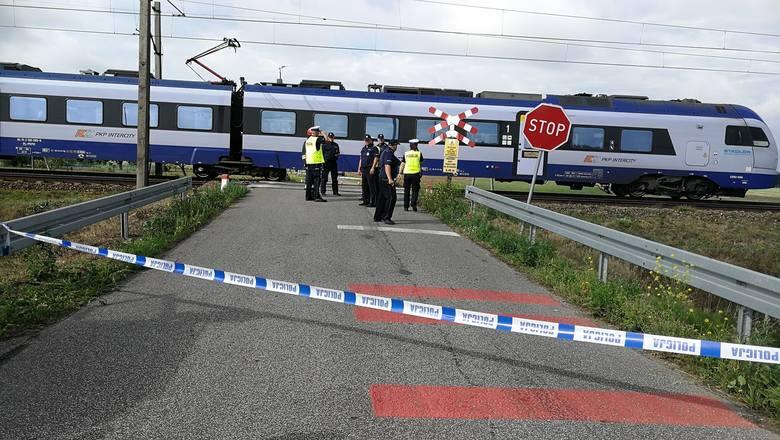 Tragiczny wypadek na przejeździe kolejowym niedaleko Włocławka. Zginęła rowerzystka z dziećmi [zdjęcia]