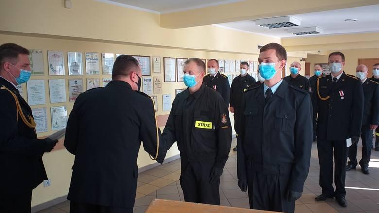 W sali konferencyjnej Komendy Powiatowej PSP w Nakle odbyła się uroczysta zbiórka, podczas której odznaczono wyróżniających się  strażaków.  Wszystko