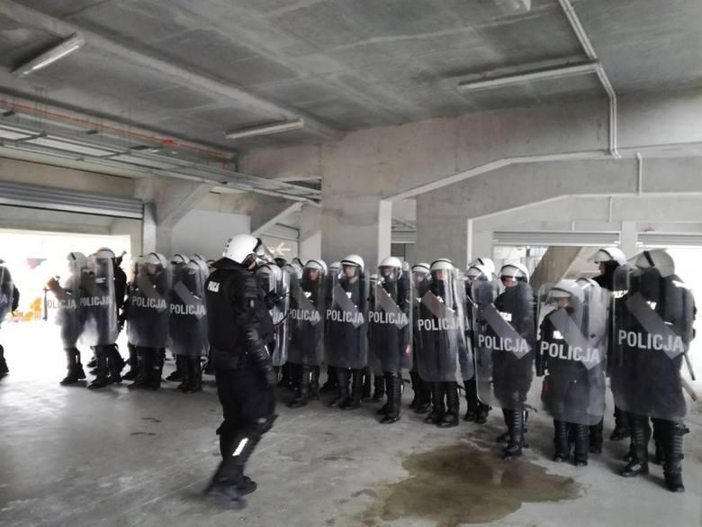 Policjanci z Oddziału Prewencji Policji wzięli udział w szkoleniu praktycznym na stadionie miejskim w Białymstoku.Zobacz też:Horodniany: Napad kiboli