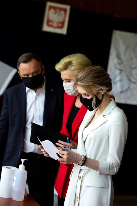 Para prezydencka w lokalu wyborczym pojawiła się razem z córką Kingą