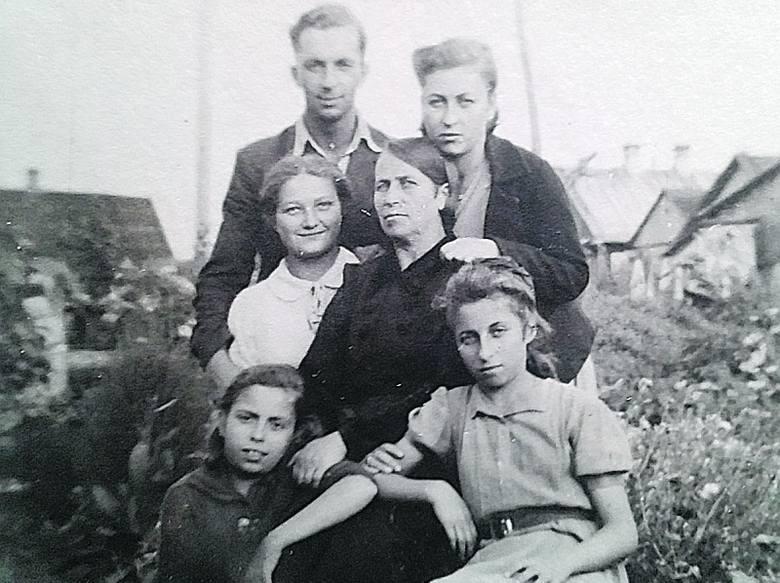 Wołkowysk. Rodzina pani Anastazji w komplecie. Mam, dwie siostry oraz brat z narzeczoną.