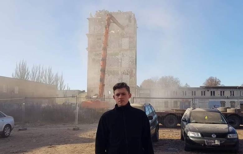 Sebastian Smołaga z Nowej Soli interesuje się historią swojego miasta. Dokładnie poznał też historię fabryki nici Odra. W sobotę, 30 listopada  z żalem obserwował jak kończy się jej charakterystyczny element