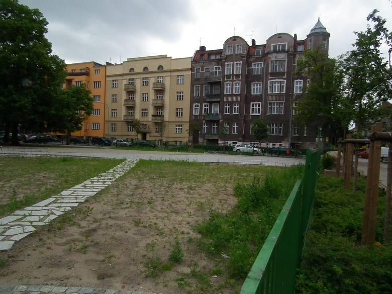 Plac Asnyka w Poznaniu: Przerzucanie winy za bruk