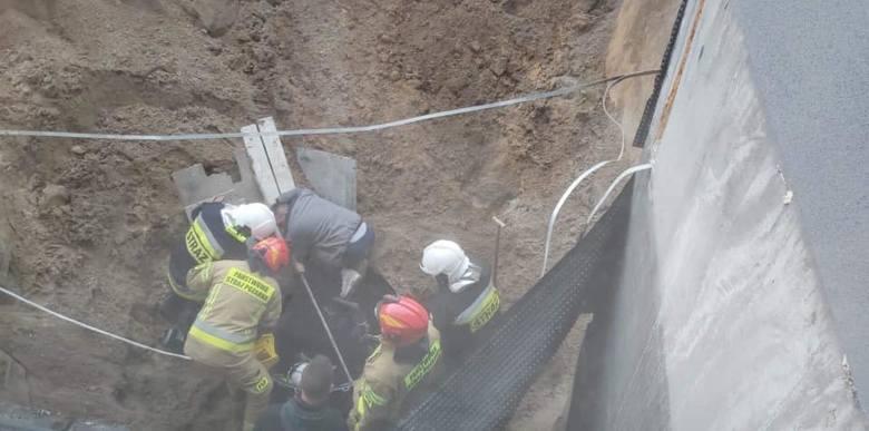 Do bardzo groźnego zdarzenia doszło dzisiaj (18.11) na placu budowy przy ul. Kujawskiej w Solcu Kujawskim. Podczas prac jeden z pracowników został przysypany.Mężczyzna