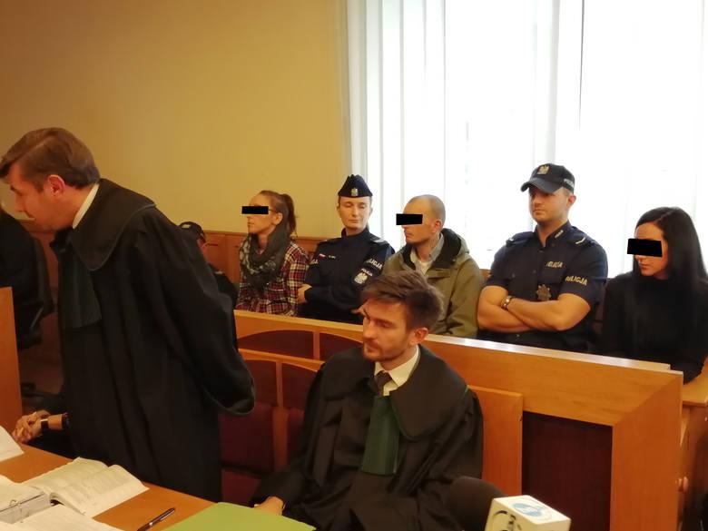 Takiego procesu jeszcze nie było. Na ławie oskarżonych zasiadło pięcioro osób. Wśród nich jest zabójca, który rok temu w noc sylwestrową zadał 40-letniemu