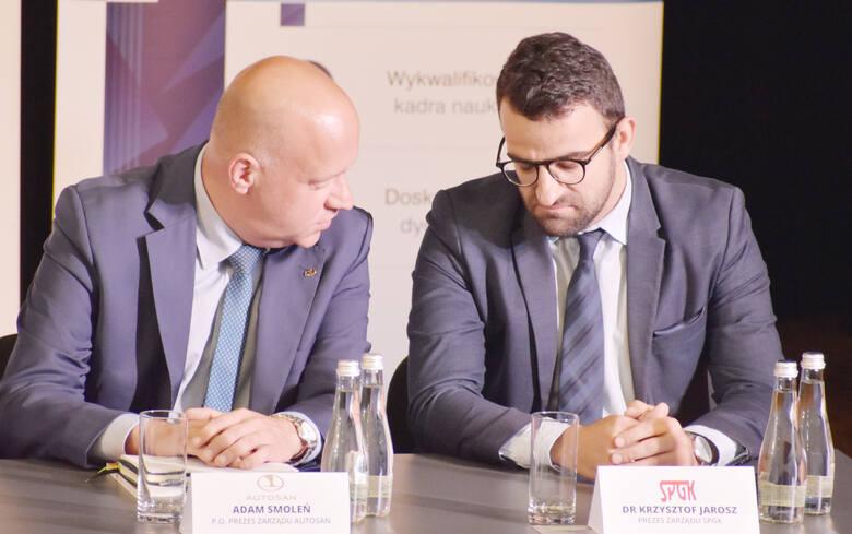 Krzysztof Jarosz (po prawej) podczas debaty w Sanoku