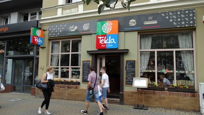 Gdańska 55, bar Tekla od 30 lat wrósł w krajobraz ulicy. Po sąsiedzku sklep ze słodyczami ma jeszcze dłuższy rodowód.