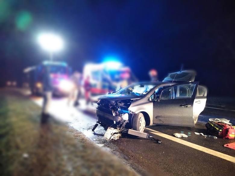 - Do zderzenia na drodze krajowej nr 92 doszło w niedzielę chwilę po godzinie 4 w Golinie Kolonii. Młody mężczyzna, który kierował oplem corsą nagle