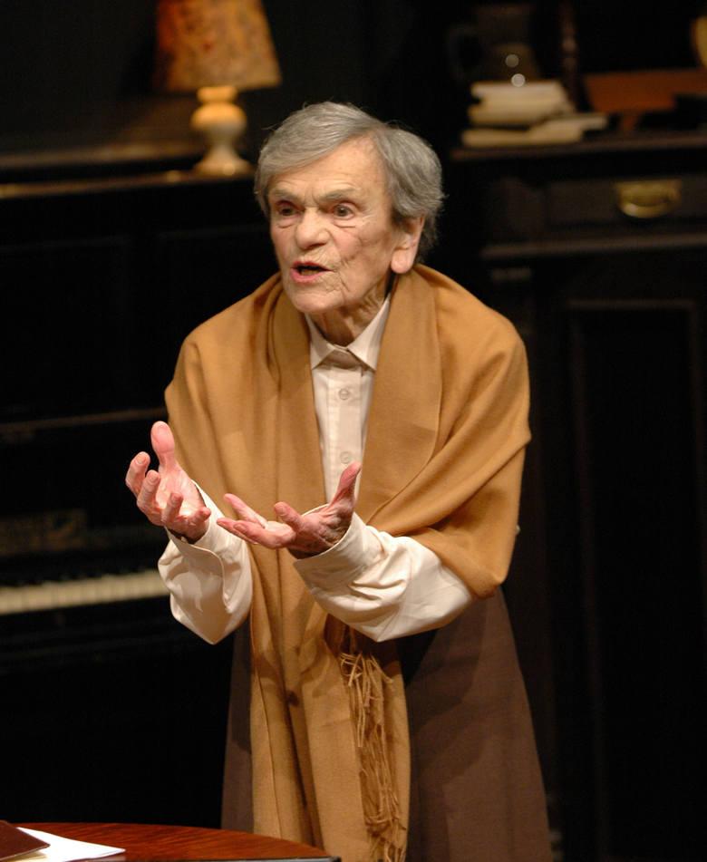 """Krystyna Feldman podczas monodramu """"I to mi zostało"""" w poznańskim Teatrze Nowym. Zgodnie z jej ostatnim życzeniem, została pochowana w tym kostiumie"""
