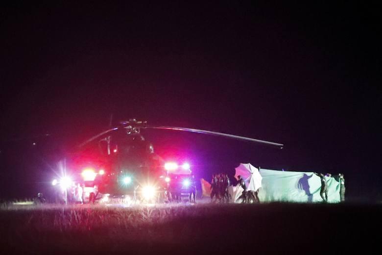 Helikopter zaraz odtransportuje jednego z uratowanych chłopców do szpitala
