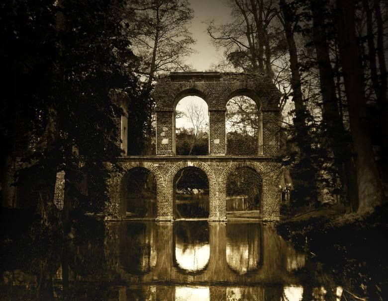 Arkadia Arkadia to ogród Heleny Radziwiłłowej. Stworzony w stylu angielskim, który przeciwstawiał się sztuczności ogrodów barokowych, stawiając na swobodne