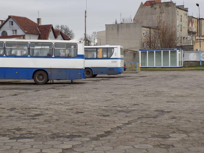 Plac po byłym dworcu PKS stoi pusty. Parkują na nim autobusy, a podróżni mogą czekać w przeszklonym boksie.