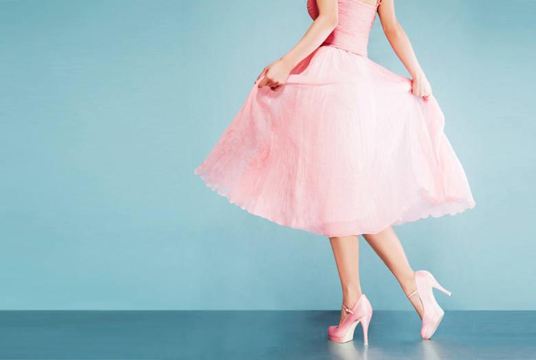 Sukienki na wesele są bardzo poszukiwane. W końcu ślub to doniosła uroczystość i ani na nim, ani na weselu nie wypada pojawić się ubranym byle jak. Jak