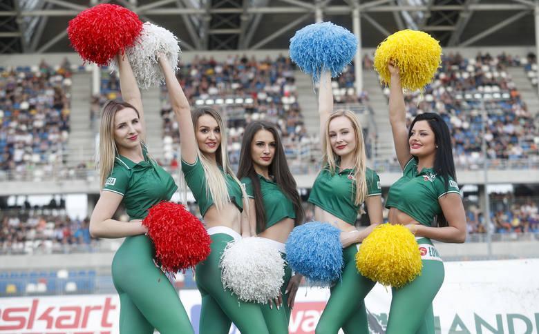Na pierwszym meczu sezonu 2018 w Rzeszowie pokazały się również piękne podprowadzające Stali. Zobacz nasze zdjęcia pań.