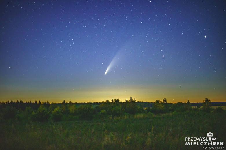 Przemek Mielczarek z Torzymia na niezwykłych fotografiach uchwycił przelot komety nad Łagowem w sobotę (11 lipca)