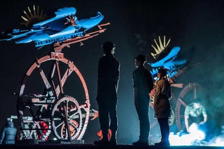 """Jednym z ostatnich akcentów niedzielnych uroczystości z okazji 100-lecia Niepodległości w Koszalinie był Ogień Niepodległości – podpalenie pomnika """"Płonące"""