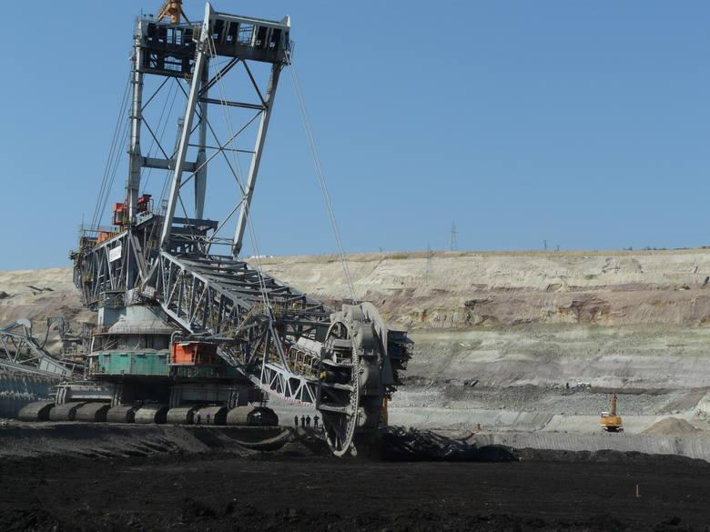 Gigant w podróży na drodzeJednego z górniczych olbrzymów z kopalni w ostatnich dniach można było podziwiać na drodze wojewódzkiej pomiędzy Łaskiem i
