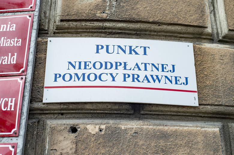 """W sobotnim """"Głosie"""" pisaliśmy o otwartym konkursie na prowadzenie w 2019 r. w 11 punktach w Poznaniu nieodpłatnej pomocy prawnej i nieodpłatnego poradnictwa obywatelskiego oraz edukacji prawnej. W przypadku dwóch punktów zlokalizowanych w budynku urzędu miasta przy ul. Matejki 50 pojawiły się..."""