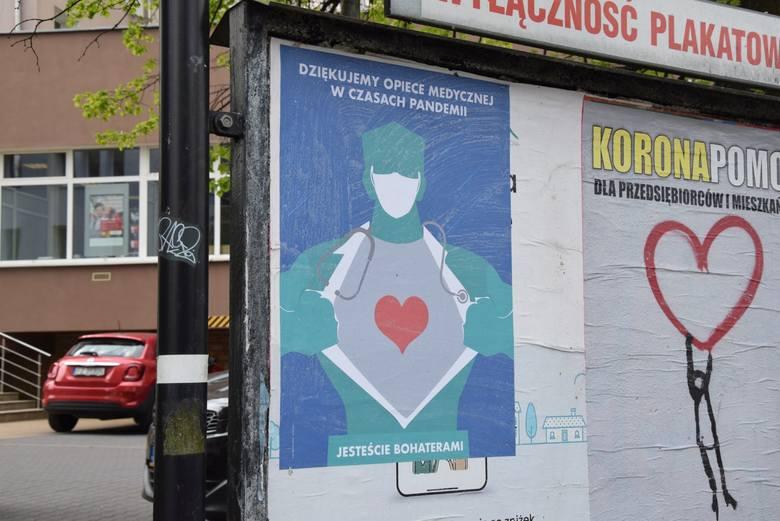 Plakaty wspierające medyków, ale też zachęcające do zostania w domu, można zobaczyć w wielu punktach Zielonej Góry. Tutaj projekt: Izoldy Bączkowskiej.