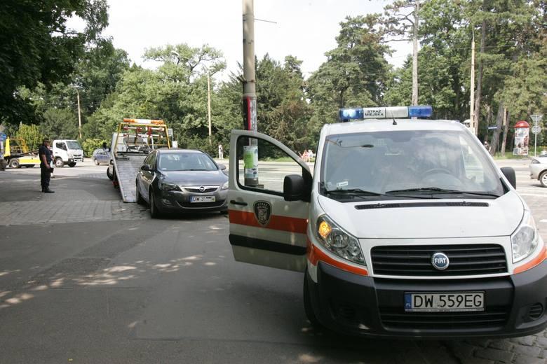 Akcja straży miejskiej. Lawety poszły w ruch przy zoo i ul. Wystawowej (ZDJĘCIA)