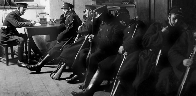 Policjanci podczas nocnego dyżuru, nieustalony warszawski komisariat, rok 1925