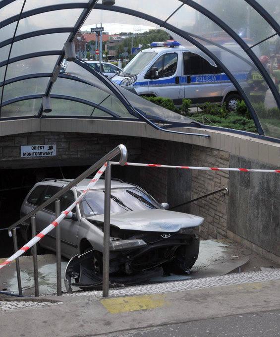 Uwaga! Auto wpadło w przejście podziemne na rondzie Jagiellonów [ZDJĘCIA, WIDEO]