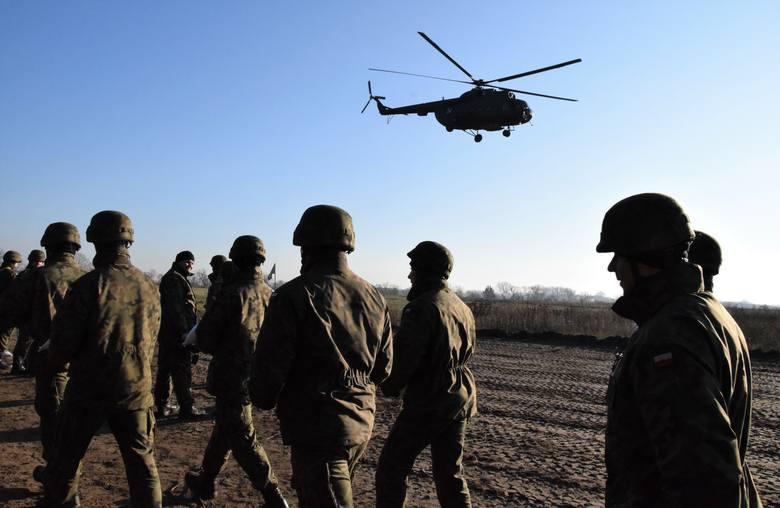 W pierwszej kolejności na szkolenia wojskowe kierowane będą osoby, które straciły pracę z powodu pandemii. Zdjęcie ilustracyjne