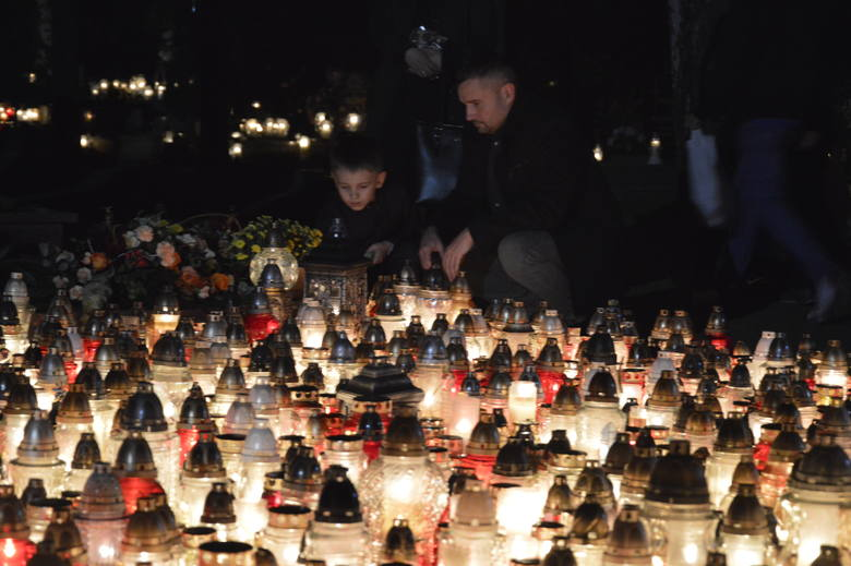 Mały Szymek późnym wieczorem przyszedł z rodzicami na cmentarz przy ul. Żwirowej w Gorzowie. Wraz z tatą Grzegorzem zapalił znicze przy najważniejszych