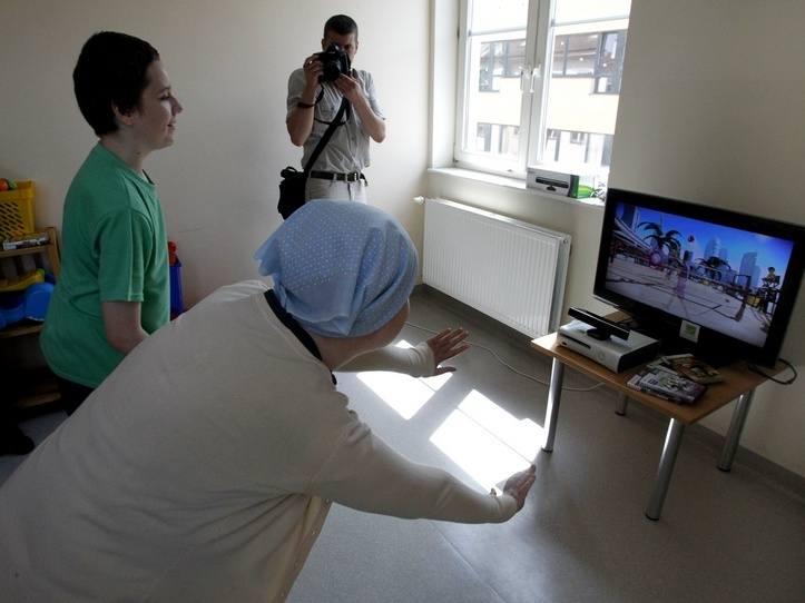 - Gra jest super - mówi Ola, pacjentka Kliniki Pediatrii Hematologii i Onkologii Dziecięcej w szpitalu przy ul. Unii Lubelskiej, na zdjęciu z kolegą