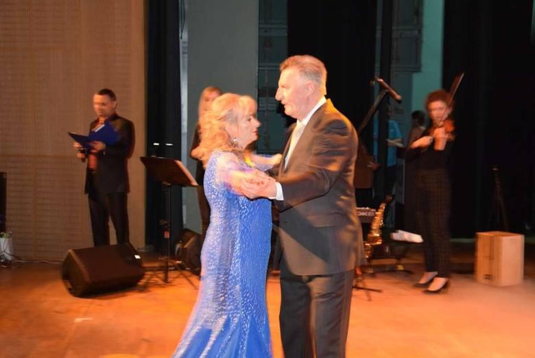 Józef Kaźmierczak tańczy z kandydatką na Senior Queen<br />
