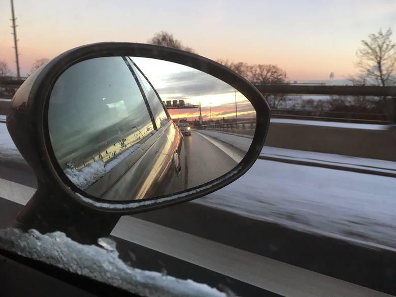 Ferie zimowe to drugi, po wakacjach, gorący okres na drogach. Wielu z nas, chcąc skorzystać z uroków zimy, planuje wyjazdy na ferie. Nie wolno jednak