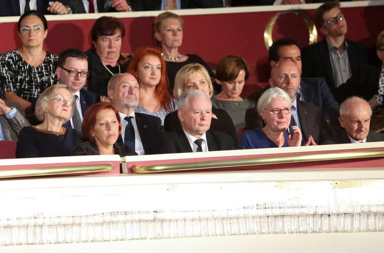 """Barbara Skrzypek (od lewej), obok Jarosława Kaczyńskiego na premierze filmu """"Smoleńsk"""""""