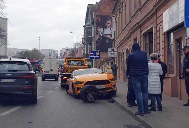 Do niebezpiecznej sytuacji doszło w czwartek, 19 marca, na ul. Moniuszki. Kierujący fordem uderzył w lampy, znaki drogowe i wjechał na chodnik. Koło