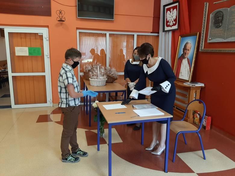 Uczniowie Szkoły Podstawowej imienia Jana Pawła II w Skorzeszycach odebrali świadectwa i rozpoczęli wakacje. ZOBACZ ZDJĘCIA ZE SZKOLNEJ UROCZYSTOŚCI