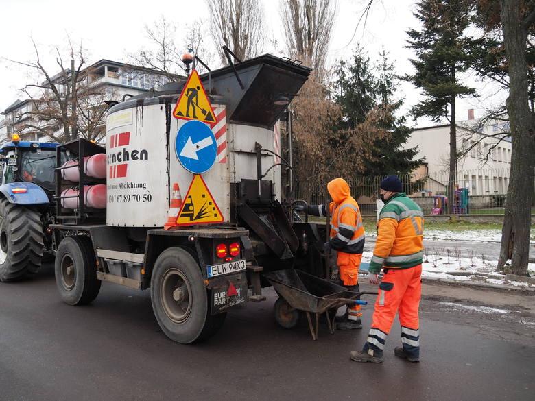 Urzędnicy nie ukrywają, że pracy jest sporo. Zwykle stosowana jest metoda na ciepło, czyli wycięcie kawałka asfaltu wokół dziury i zalanie fragmentu