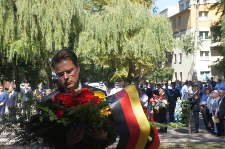 72 lata temu Żydzi z białostockiego getta podjęli nierówną walkę z hitlerowskimi żołnierzami. Dziś przed obeliskiem upamiętniającym powstanie kwiaty