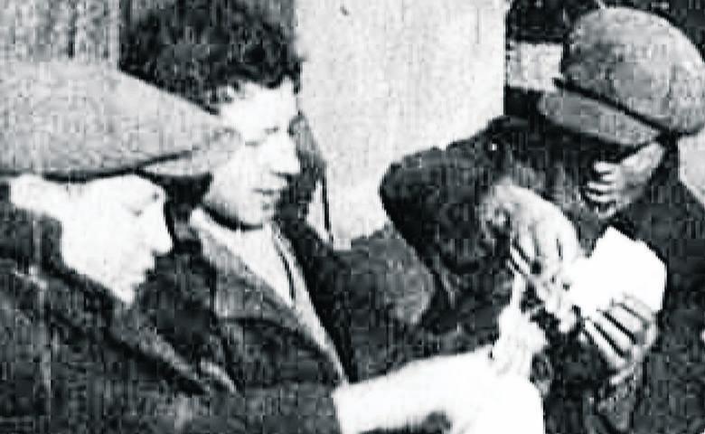 Łódź, połowa lat 30. Robotnicy stoją pod fabryką Izraela Poznańskiego. Znajdowała się na pograniczu Bałut i Śródmieścia. Pracowało w niej wielu mieszkańców