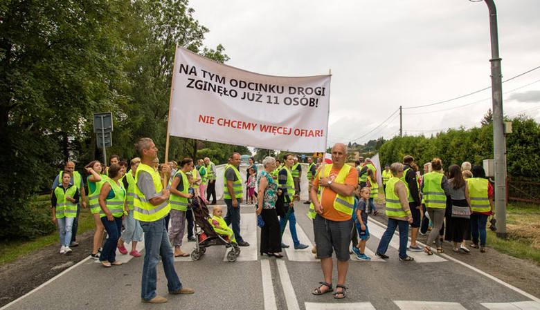 Blisko 200 mieszkańców miejscowości Przysieki koło Jasła przez godzinę blokowało drogę krajową.