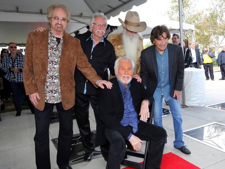 """Kenny Rogers nie żyje. Gwiazda muzyki country miała 81 lat. Zapamiętamy go m.in. z hitu """"We Are The World"""", nagranego z innymi muzykami"""