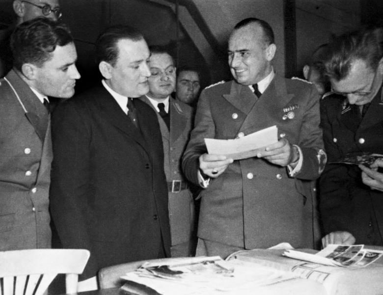 """Hans Frank, zwiedza krakowski """"Pałac Prasy"""" przejęty przez Niemców na potrzeby redakcji gadzinówek - rok  1940."""