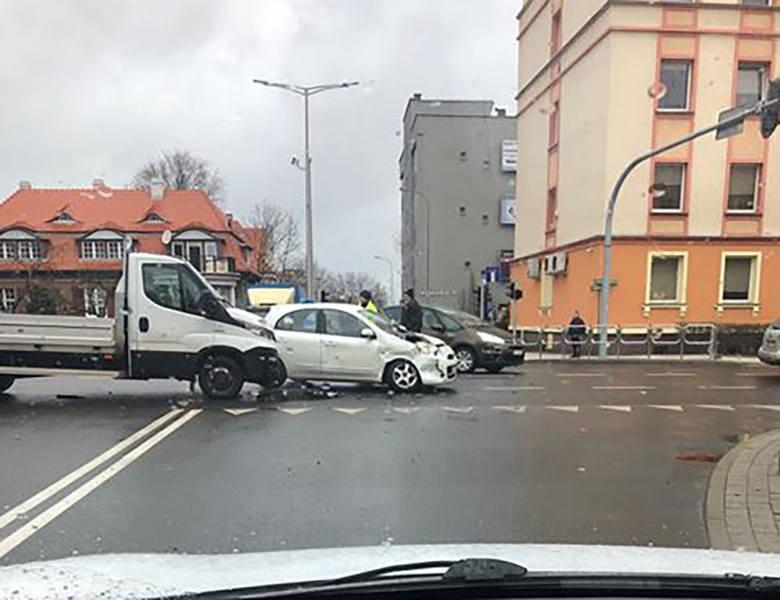 Do wypadku doszło w piątek, 15 marca, na skrzyżowaniu ulic Westerplatte i Ułańskiej. Na miejscu są poważne utrudnienia w ruchu.Samochody uczestniczące