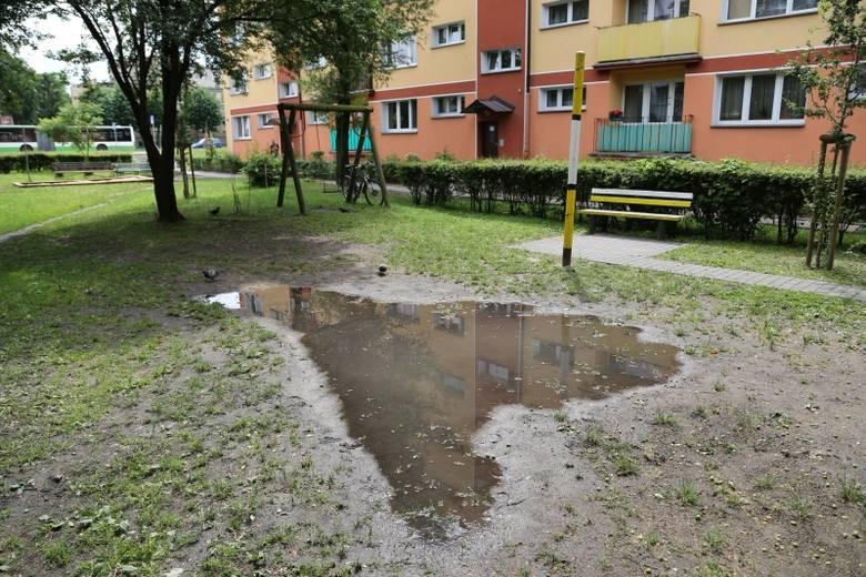 ZMK obiecało zająć się nawierzchnią tego placu zabaw przy ulicy Broniewskiego. I tworzy cały plan urządzania kolejnych miejsc do rekreacji na różnych