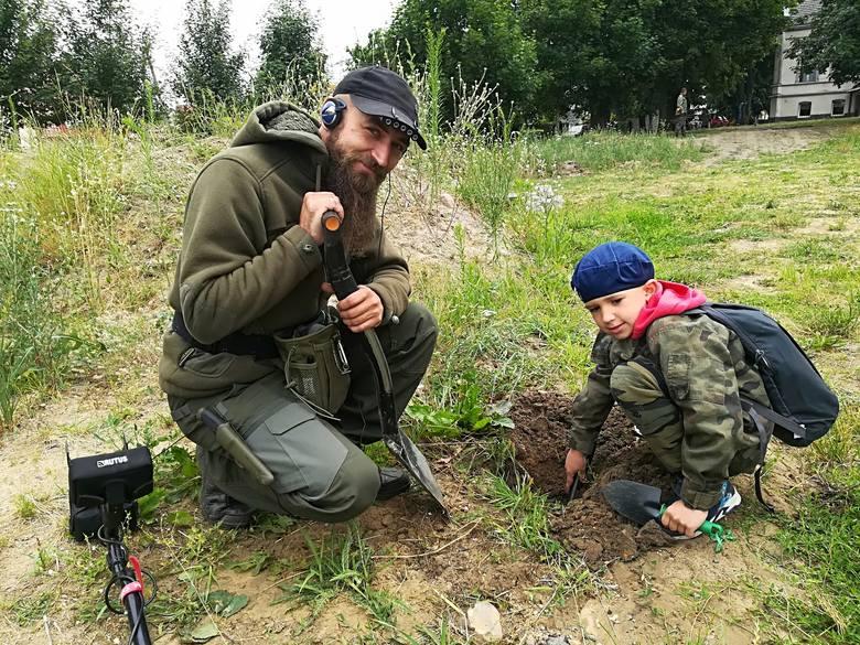 Na zdjęci: Rodzinny team poszukiwaczy - panowie Michał i Nikodem Łukowscy.W piątek, 22 czerwca w Nowym Kramsku pojawiła się ekipa uzbrojona w wykrywacze
