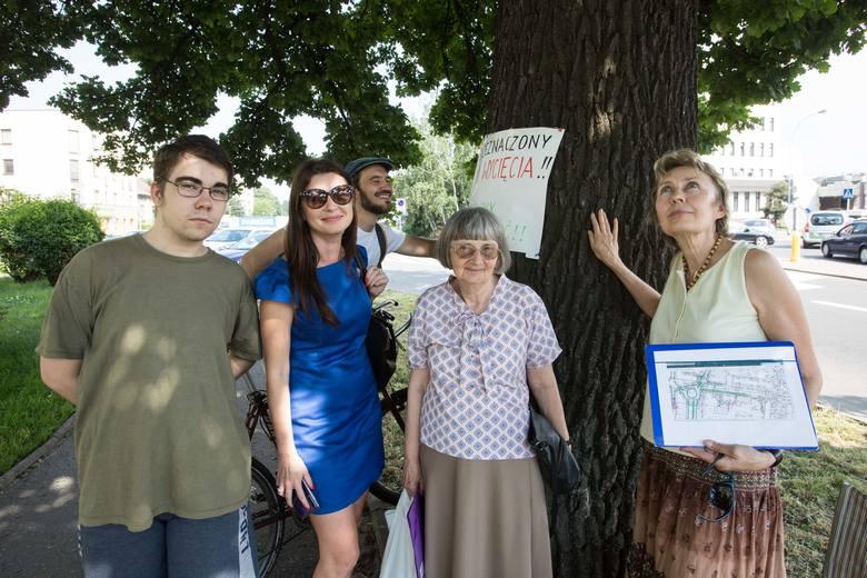 Urzędnicy chcą wyciąć zupełnie zdrowe, dorodne i do tego 200-letnie drzewo! Mieszkańcy protestują, mówiąc, że to ich skarb.Czytaj artykuł na ten temat: