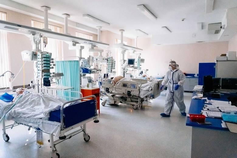 Zmniejsza się liczba zakażonych wymagających hospitalizacji.