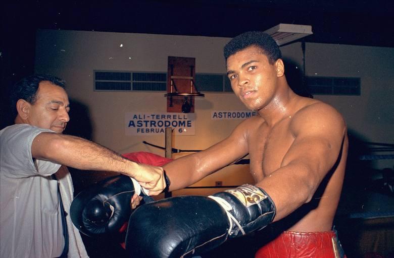 """""""Największy"""", idol milionów fanów boksu, człowiek, który wstrząsnął światem pokonując w lutym 1964 r. Sonny'ego Listona (15 miesięcy później zrobił to"""