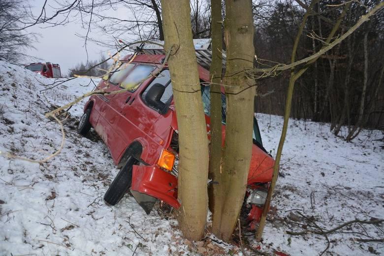 W Woli Komborskiej ford uderzył w drzewo. Trzy osoby trafiły do szpitala.