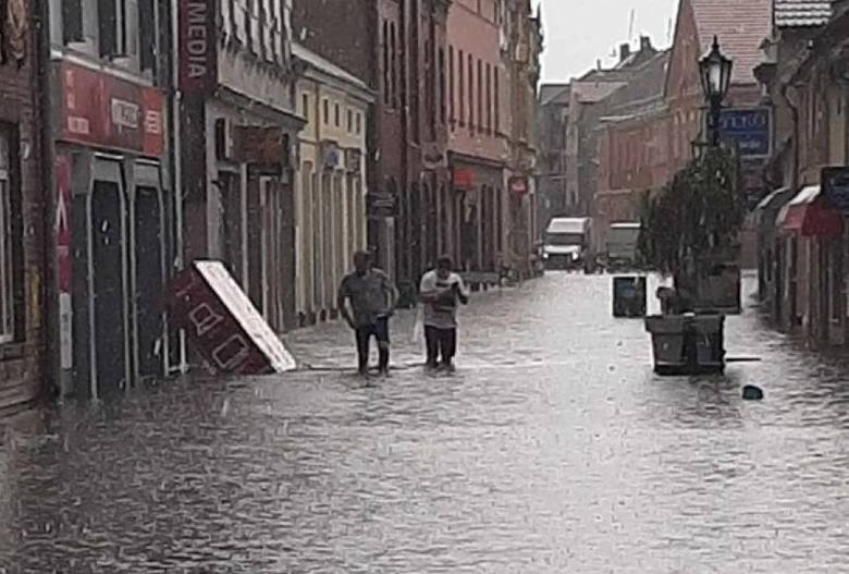 Strażacy musieli wypompowywać wodą z zalanych piwnic i ulic. Zobacz więcej ---->