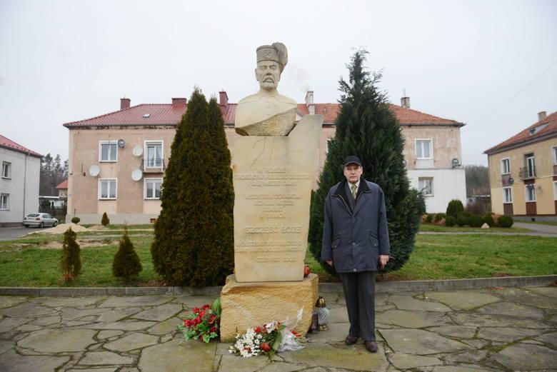 Jan Paździora pod pomnikiem poświęconym górnikom w Iwinach.
