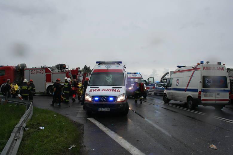 Autobus stoczył się ze skarpy (na dole z prawej) tuż przed mostem między Świeciem a Chełmnem. Na miejscu błyskawicznie pojawiły się wszystkie służby